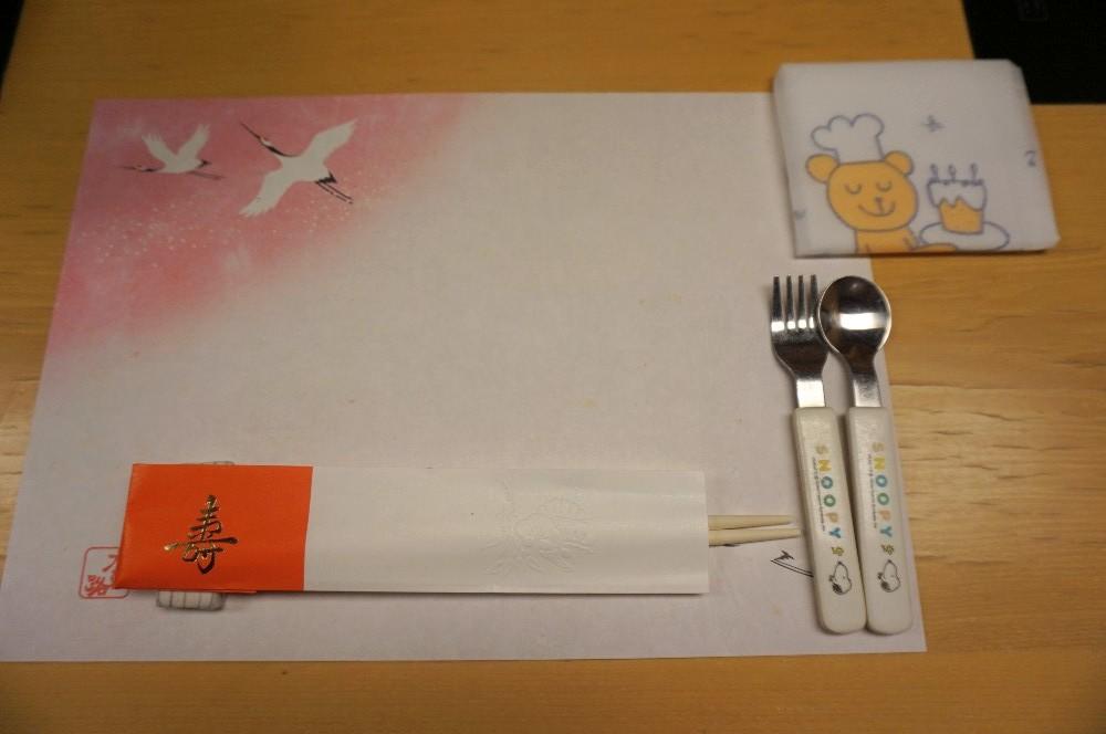 写真:木曽路(一升餅・選び取り)祝い膳のスタイとスプーンとフォーク