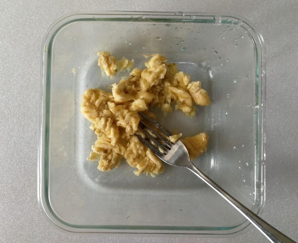 写真:バナナきな粉クッキー バナナをつぶす