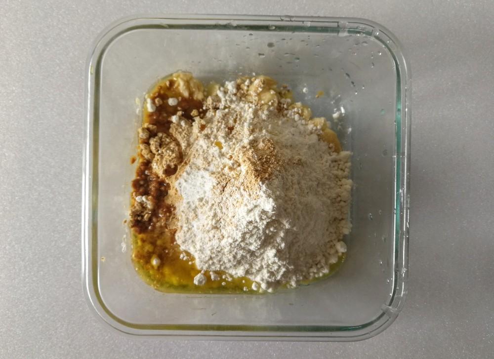 写真:バナナきな粉クッキー 材料をボールに入れる