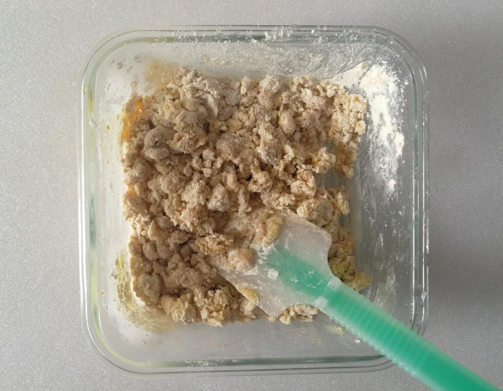 写真:バナナきな粉クッキー 材料を混ぜてそぼろ状に