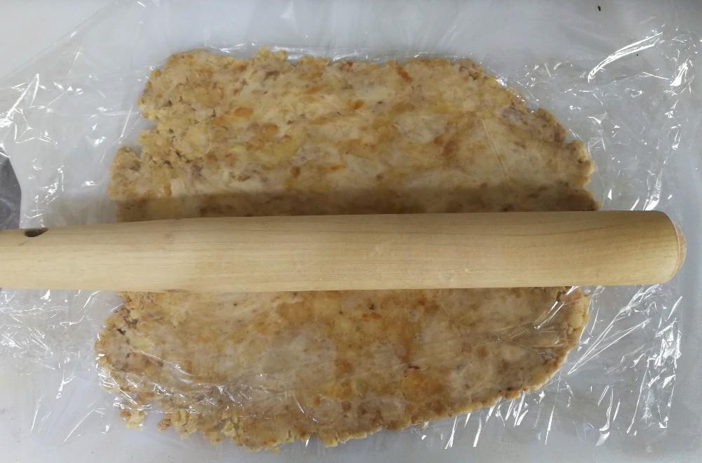 写真:バナナきな粉クッキー 生地をのばす